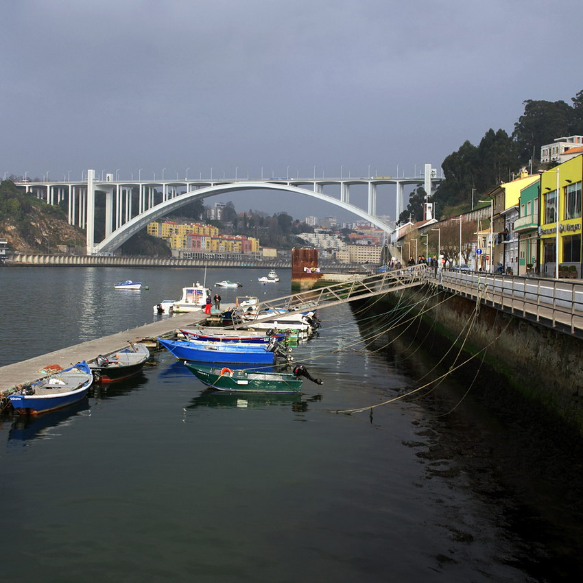 Vista sobre o ancoradouro, para o lado da nascente do rio. Barcos em primeiro plano e ponte da Arrábida ao fundo