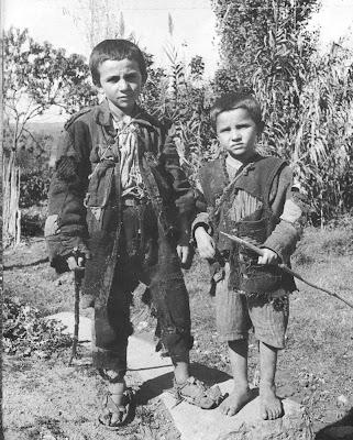 Παιδιά στην Ελλάδα της δεκαετίας του '40. Έτσι θα καταντήσουμε και πάλι σε μερικές δεκαετίες
