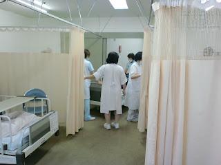 写真:病室に看護師が入り始める。