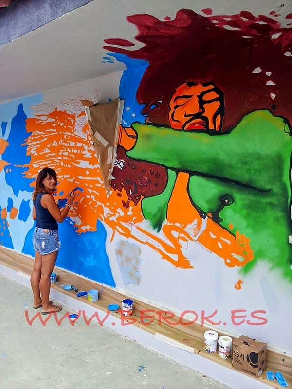 Tania Guerrero pintando el mural