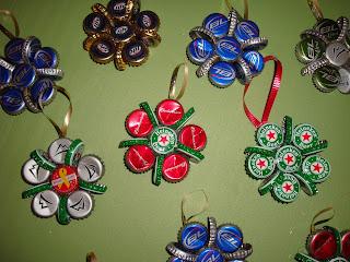 Reciclatex Cómo hacer adornos para el árbol de Navidad con chapas de bebidas