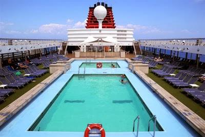 басейн с шезлонги на круизен кораб