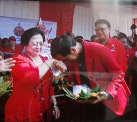 FOTO JOKOWI CIUM TANGAN MEGAWATI 2014 Jokowi Izin Jadi Calon Presiden RI