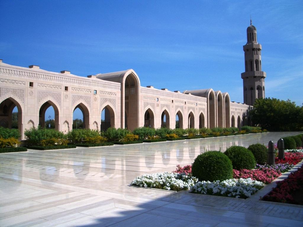 http://1.bp.blogspot.com/-OaDnE6uKEkM/UDixF3rpw6I/AAAAAAAAB9I/WiD4rLyCX7c/s1600/Sultan+Qaboos+Grand+Mosque+in+Muscat+-++Oman+(courtyard).jpg