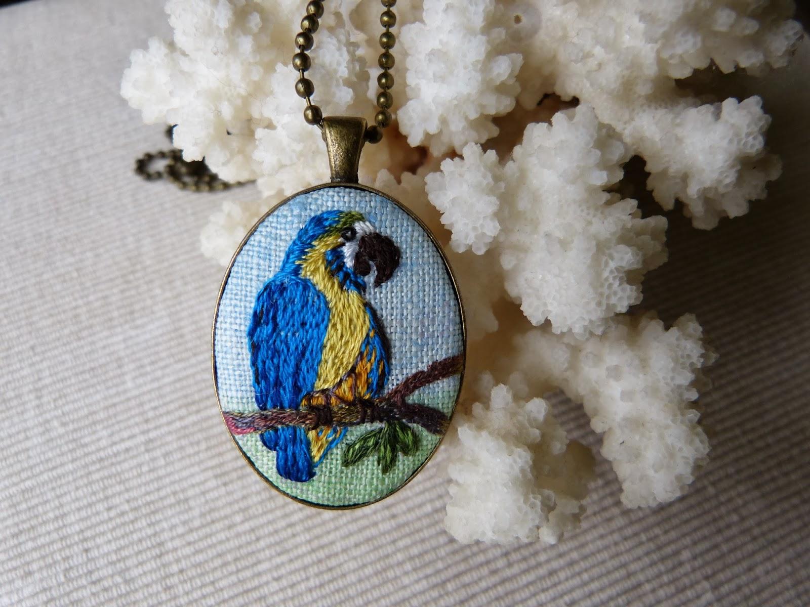 haftowany naszyjnik, naszyjnik z haftem, haft płaski - malarski, embroidered pendant, hand flat embroidery, medalion haftowany