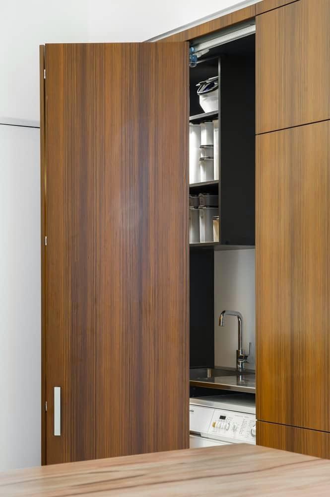 Cocina lavadero y oficina o c mo aprovechar el espacio cocinas con estilo ideas para - Puertas escamoteables ...