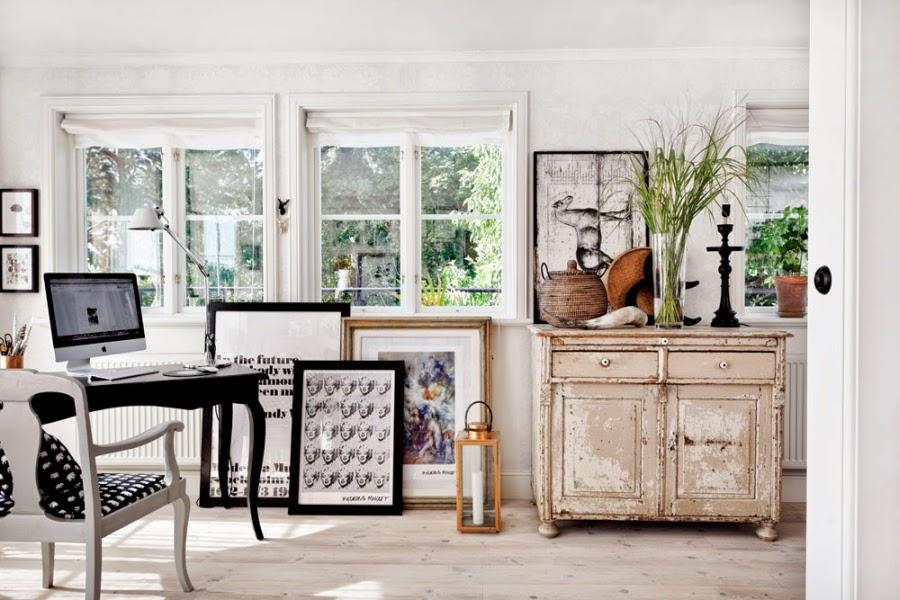 wystrój wnętrz, wnętrza, dom, mieszkanie, aranżacja, home decor, białe wnętrza, vintage, styl skandynawski, biurko, biel i czerń, grafiki, motyle, stara komoda, pokój