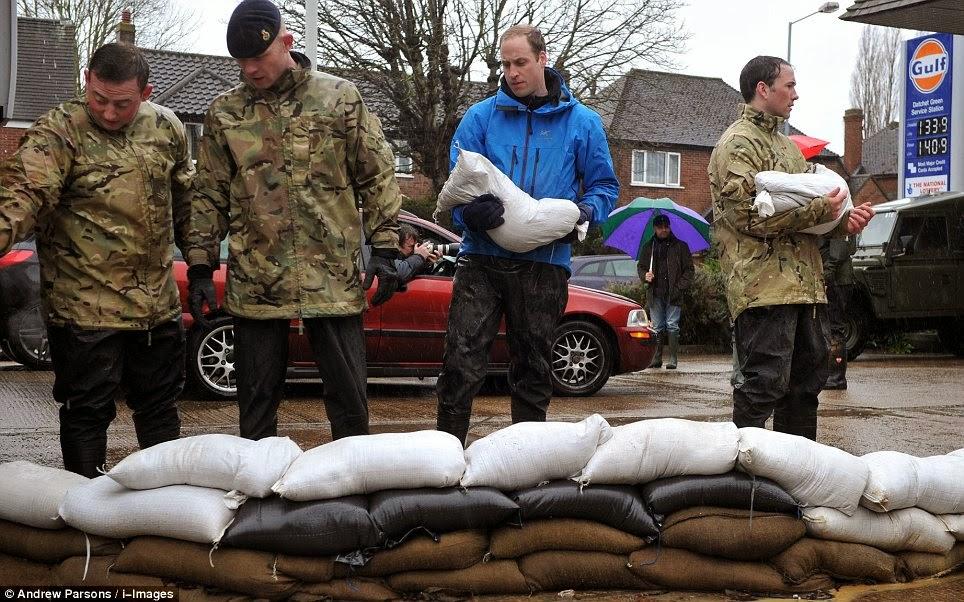 Príncipes Guillermo y Harry ayudan a víctimas inundaciones R.Unido
