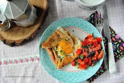 347. Naleśnik z jajkiem sadzonym na pożywne śniadanie dla matki polki