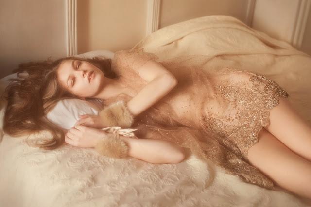 vivienne mok photographe felice art couture femme allongé nue brune