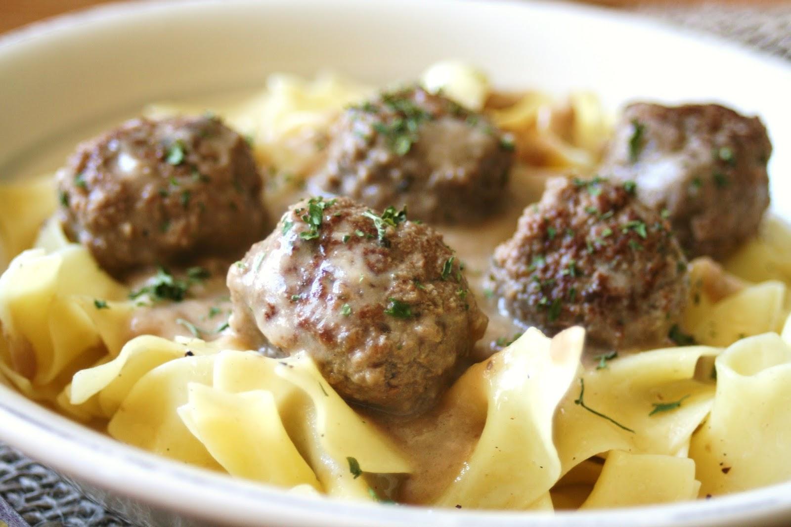 Thee Cook: Slow Cooker Meatballs in Gravy