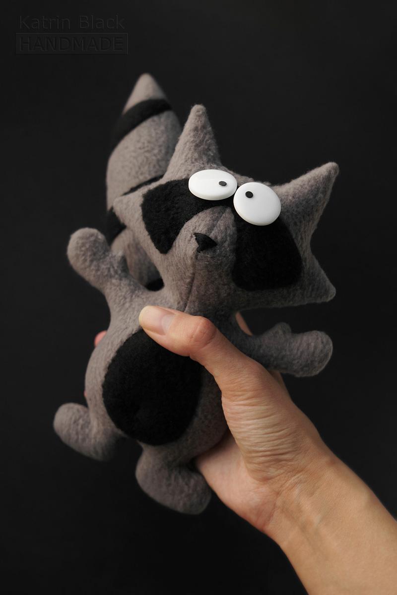 Игрушка ручной работы из флиса - енот с крутящимся хвостом. Заказать.