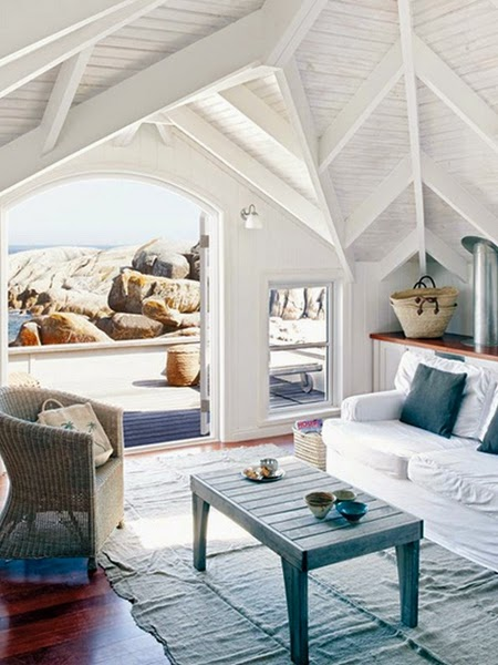 Aranżacja wnętrza w stylu marynistycznym z widokiem na morze