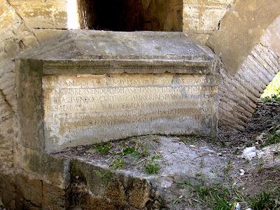 Aspecto de la lápida en abril de 2004