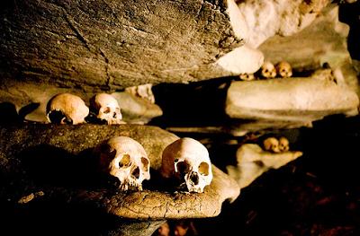 Londa:  Kompleks Makam Di Tebing Batu Toraja