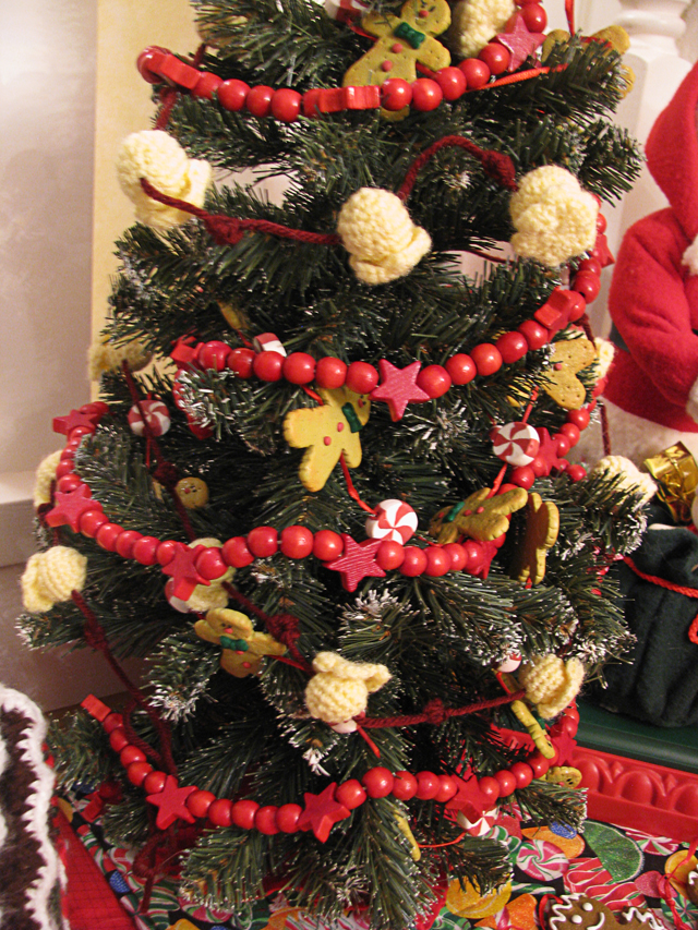 April Sprinkles: Crochet popcorn garland and cute Christmas tree