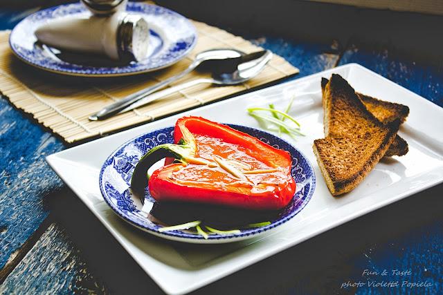 Zupa krem z pomidorów i słodkiej, pieczonej papryki.