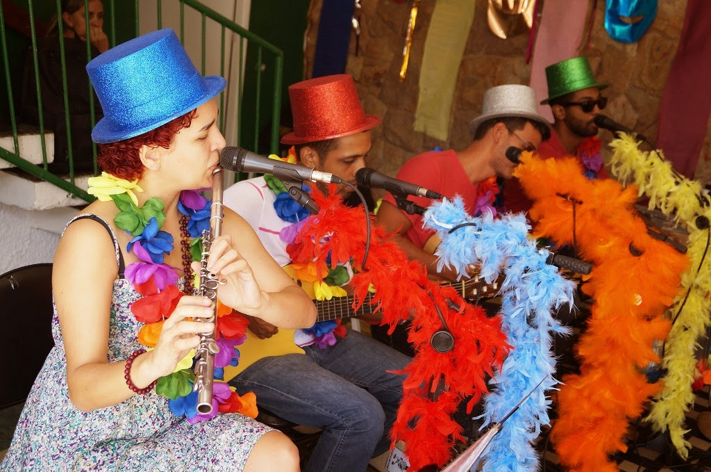 O grupo musical Samba Menino apresenta músicas populares e de autoria própria