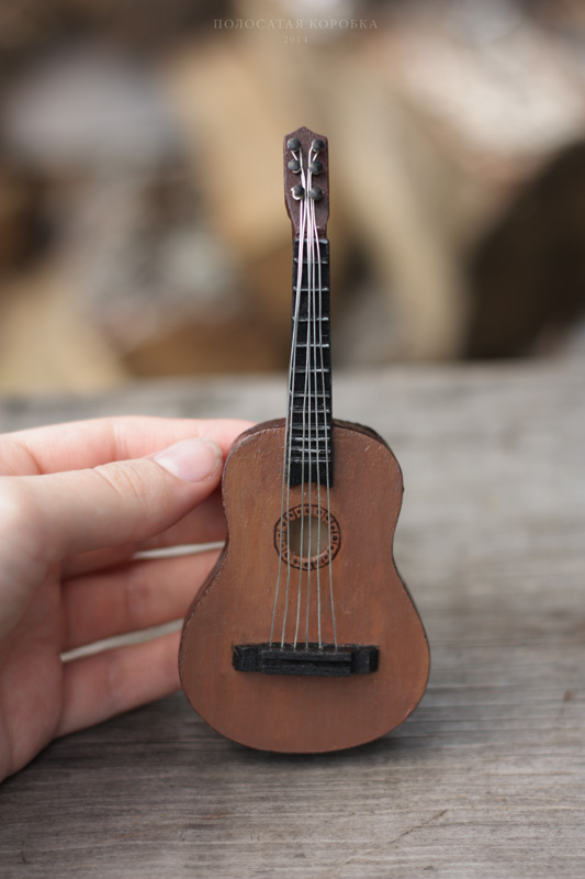 Миниатюрная гитара для куклы