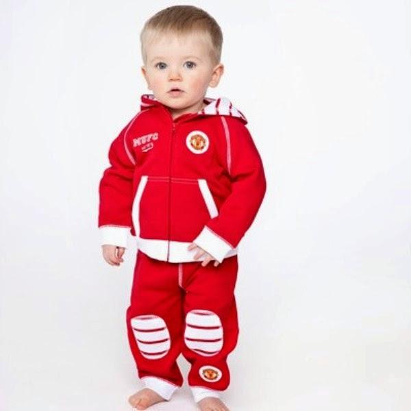 Gambar bayi lucu laki-laki pakai jaket manchester united