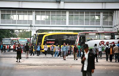Bus Tidak Masuk Terminal Akibatkan Penumpang Keleleran