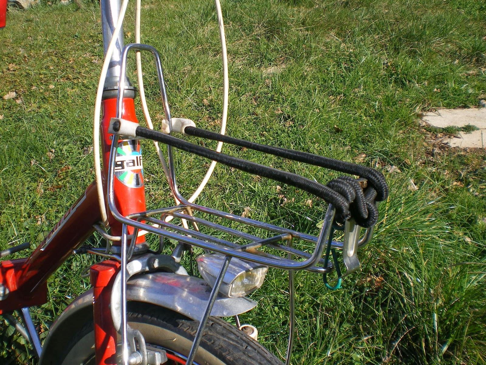 La bicyclette bastien petit rouge et son porte bagage avant fait maison - Porte photo fait maison ...