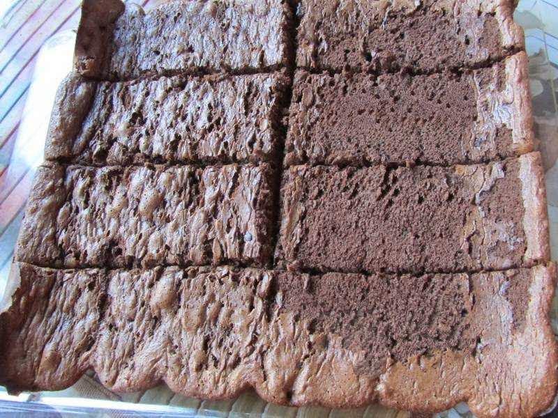 разрезать бисквит на четыре равные полоски