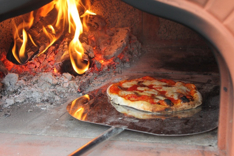 Pizza pezze pizza al forno a legna - Forno a legna per pizza casalingo ...