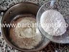 Prajitura cu lamaie preparare reteta crema - faina amestecata cu zaharul