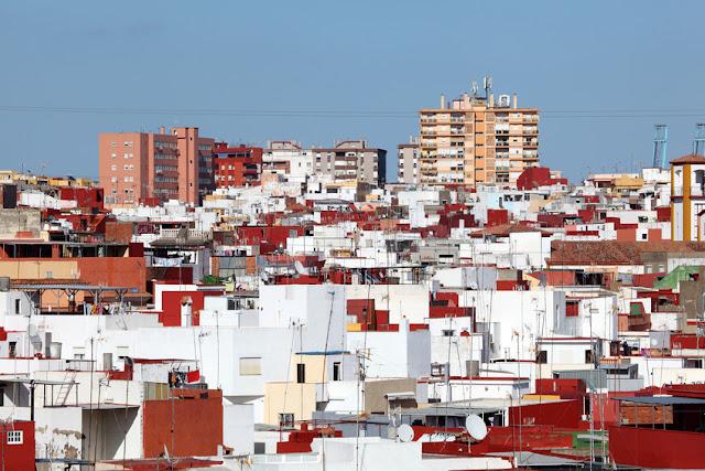 Dzielnica Algeciras pełna kolorowych domków dokładnie takich jakie są w Maroku