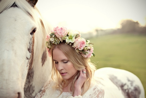 http://1.bp.blogspot.com/-OfhxaSaPjYw/UcHvVWnpAgI/AAAAAAAAAJ0/FHhtlQLck9Y/s1600/A-hair-flowers-and-horses-beloved-session-photographed-by-Marianne-Taylor-Photography-with-hair-garlands-by-Fairy-Nuff-Flowers.jpg