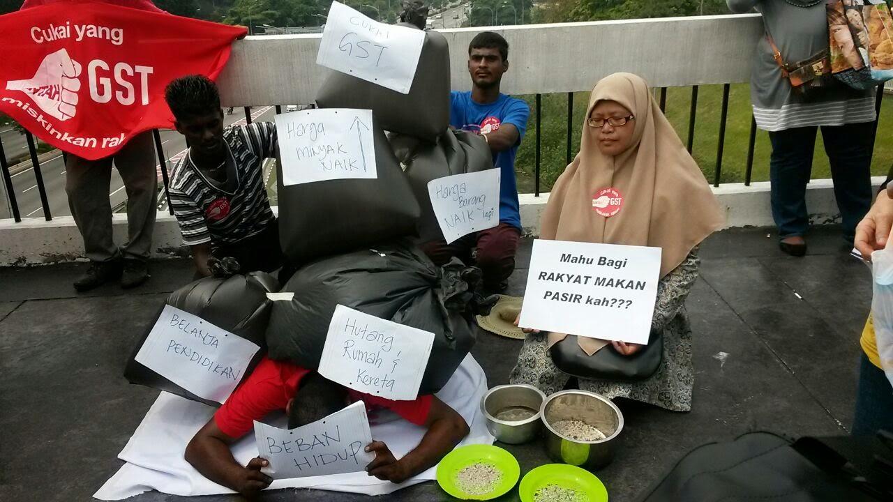 VIDEO DAN GAMBAR Aksi PANASSS Awek Cun Dengan Uncle Tua Di Demo Kenaikan Harga