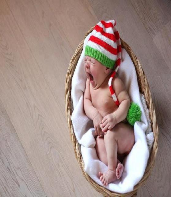 un bébé ange qui dort dans un landau