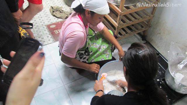Mengadon tepung untuk membuat Wingko