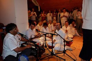 Dr. Sekhar Bodduppalli bhajanokat énekel