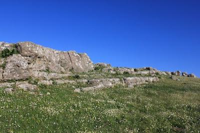 Βουνό Βλοχός. Η άλλη άποψη: πρόκειται για φυσικό γεωλογικό έξαρµα,ή για ένα τεχνητό µεγαλιθικό κτίσµα ασύλληπτα µεγάλων διαστάσεων, δηµιούργηµα ανθρωπίνων χεριών;