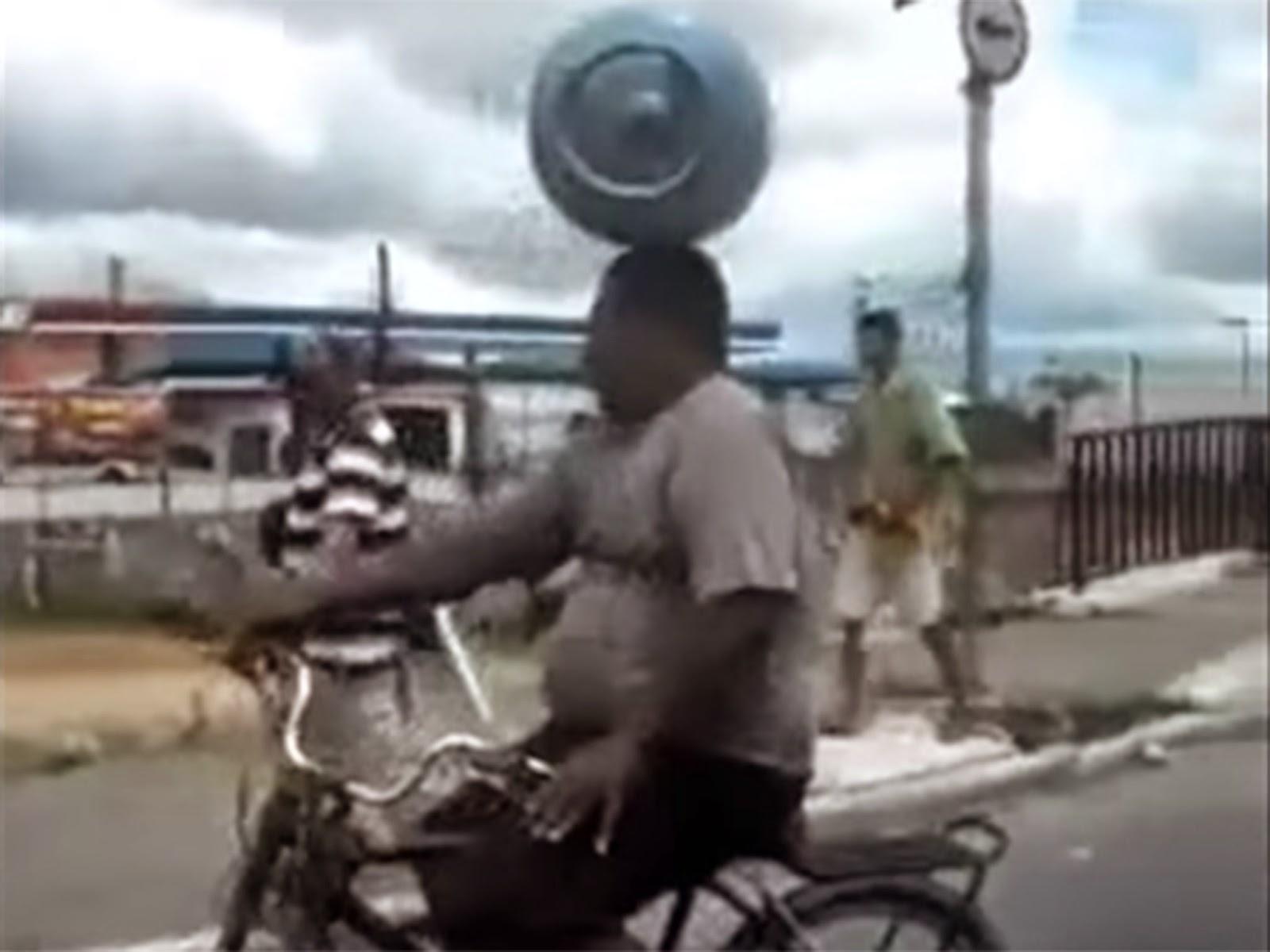 Lelaki Kayuh Basikal Sambil Imbang Tong Gas Atas Kepala