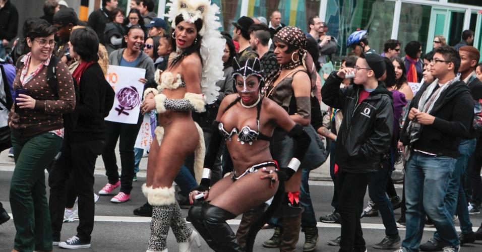 Manifestantes caminham pela avenida Paulista durante a 10ª Caminhada de Lésbicas e Bissexuais em São Paulo (Foto: Fernando Donasci)