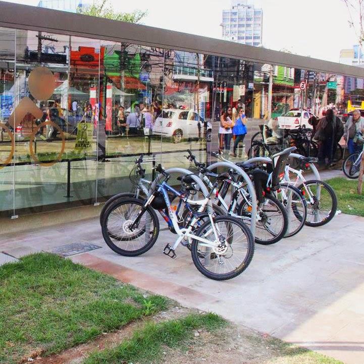 paraciclos no lado de fora do bicicletário
