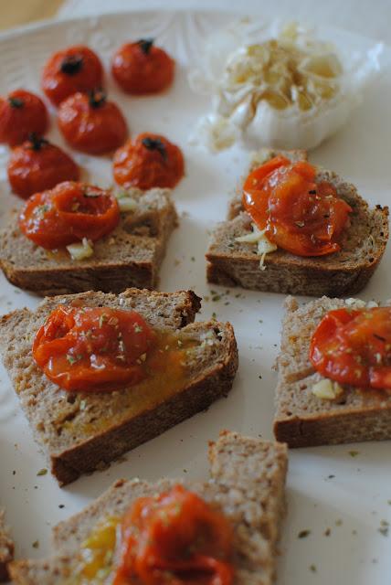 tomat, tomater, tomater i ugn, tomat i ugn, recept, förrätt, bröd, tarts, rostad vitlök, vitlök, blogg, tartelette