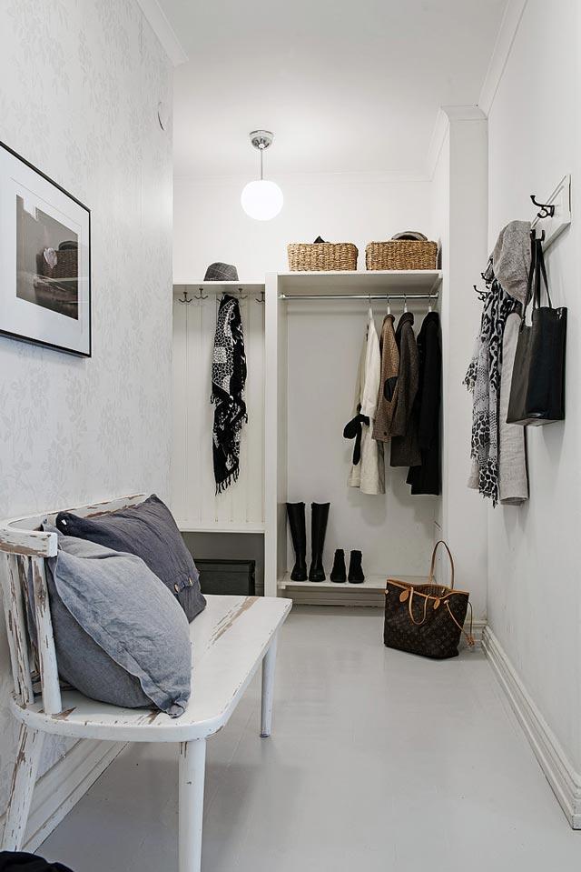 Vestíbulo en vivienda blanca total