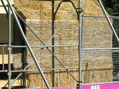 Домик Вернера Шмидта с тюками соломы в 1,2 метра.