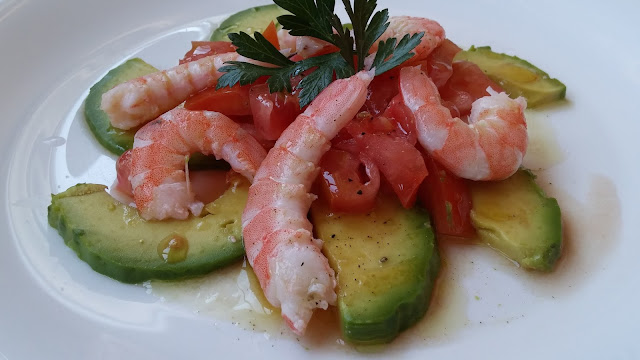 aguacate con tomates y gambas