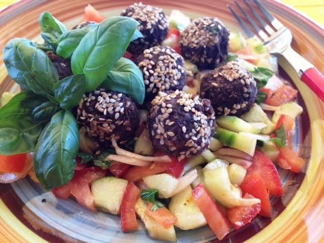 falafel di ceci neri su letto di insalata mediterranea