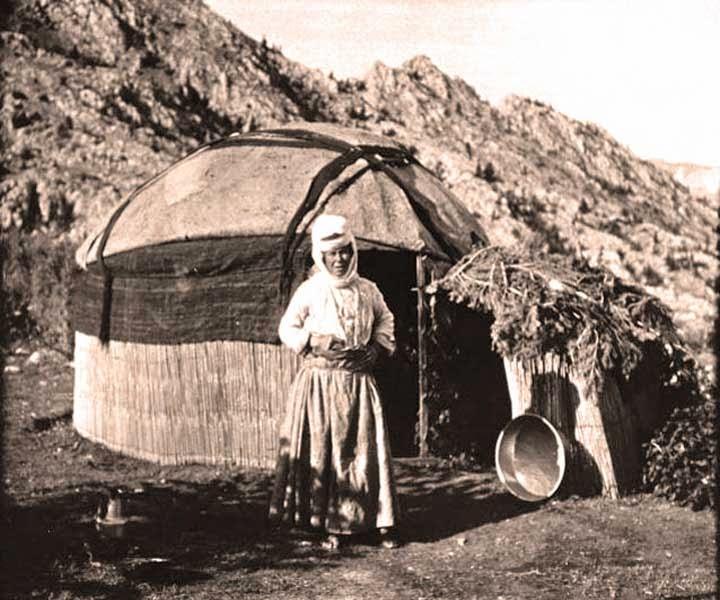 Yörük és a jurtája - Forrás: http://purelifevillage.blogspot.com.tr