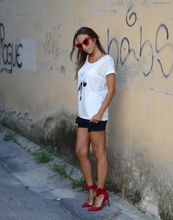 maglietta shorts tacchi outfit