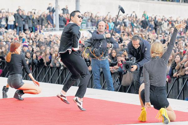 PSY (tengah) menari tarian kuda di depan penonton di Dataran Trocadero, Paris kelmarin.