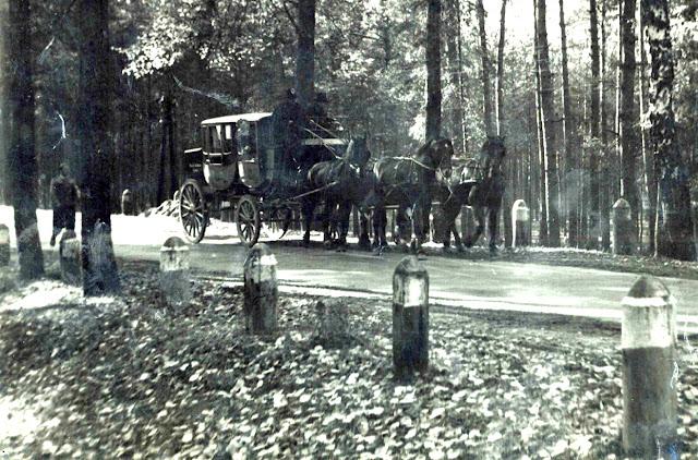 Dyliżans pocztowy w okolicy Końskich, 1958 r. Zdjęcie zachowane przez Henryka Szabelaka (wieloletniego pracownika koneckiej poczty) i pieczołowicie przechowywane przez rodzinę. Fotografię udostępnił Tomasz Majchrowski.