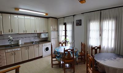 Salón-cocina del albergue Piedad.