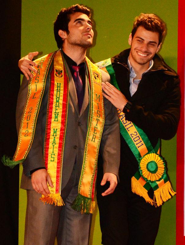 Willian Rech recebe a faixa de Mister Brasil 2012 das mãos de Lucas Malvacini